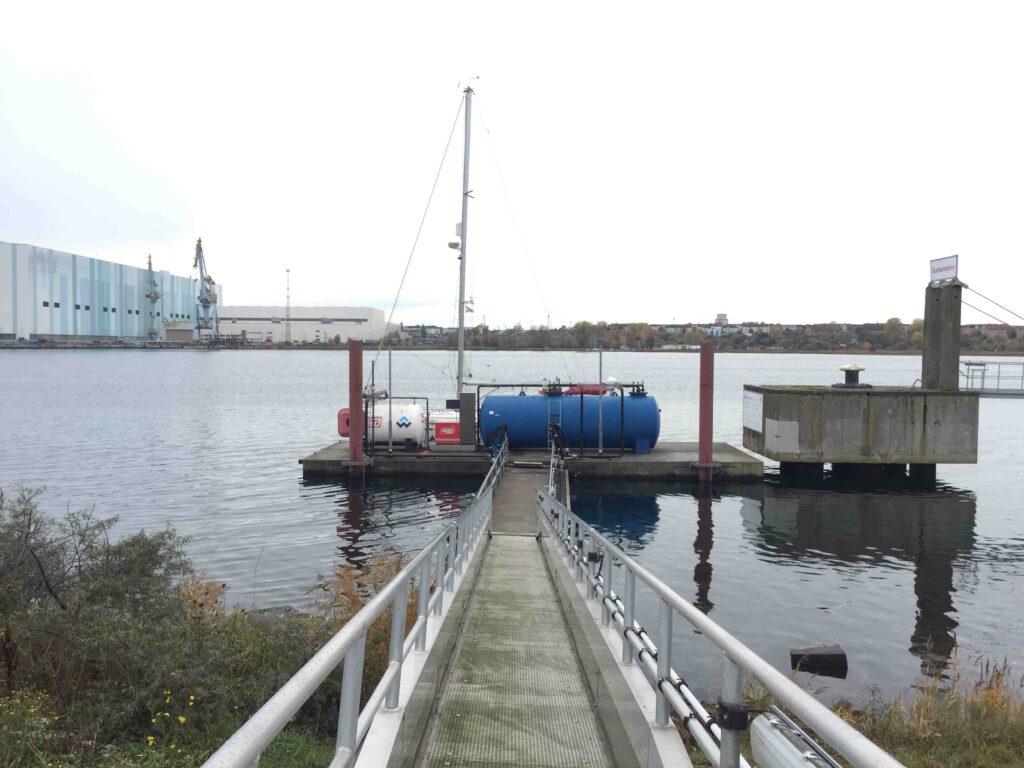Blick auf Schiffstankstelle Wismar